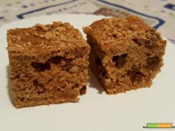 Quadrotti di torta con cachi, cioccolato, ricotta, uvetta e amaretti al olio e miele (di riciclo)