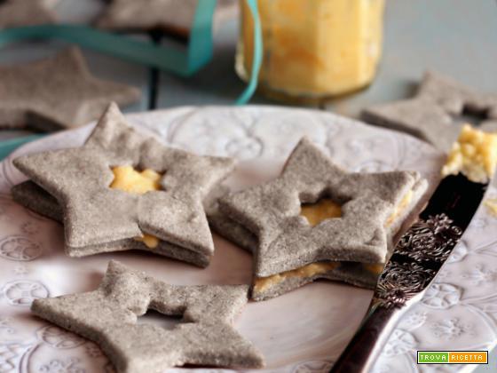 Biscotti di pasta frolla con crema all'arancia e cannella