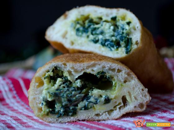 Calzoni ripieni fritti con broccoli e ricotta