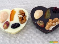 Cuori di cioccolato bianco e nero alla tripla frutta