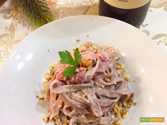 Fettuccine al vino rosso con speck e noci