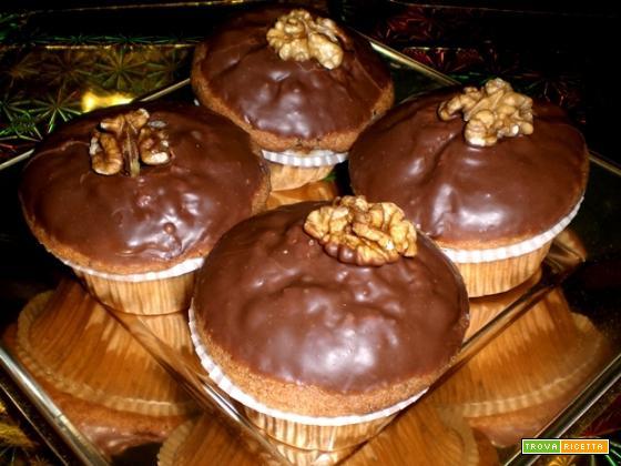 Cupcakes alle noci ricoperti di cioccolato