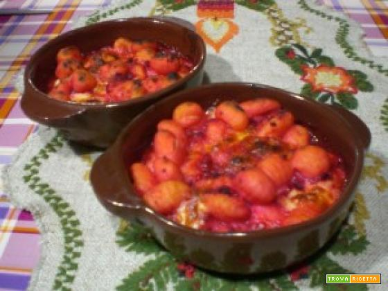Gnocchi di patate con sugo di barbabietole rosse al forno