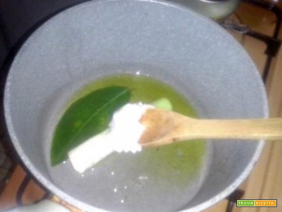 Orecchiette di farina di grano arso con frittelle di pane al sugo