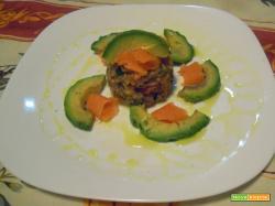 Antipasto di quinoa, salmone e avocado