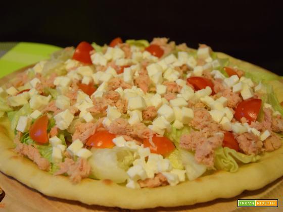 Pizza con tonno, insalata e pomodorini