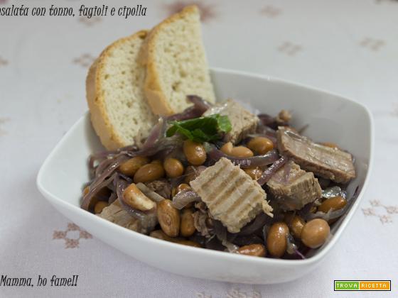 Insalata con tonno fresca, fagioli e cipolla