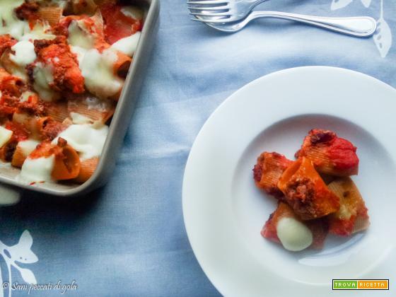 Paccheri rigati al peperoncino con scamorza e pesto di pomodori secchi