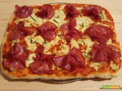 Pizza con salsa di peperoncini piccanti, crema di carciofi e bresaola