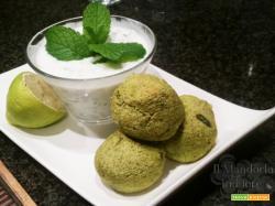 Polpette di zucchine con salsa allo yogurt e menta