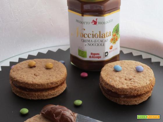 Sorrisi Nocciolati: allegri biscotti alle nocciole e panna con ripieno di crema nocciolata