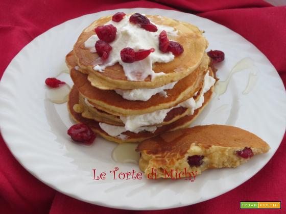 Pancakes ai frutti rossi e crusca d'avena con yogurt greco