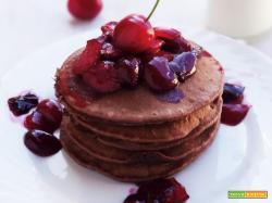 Pancakes al cacao e ciliegie