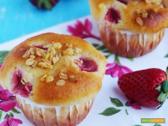 Muffins allo yogurt, fragole e muesli