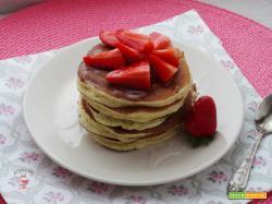 Pancakes light alle fragole con crusca d'avena, ricotta e zucchero di frutta