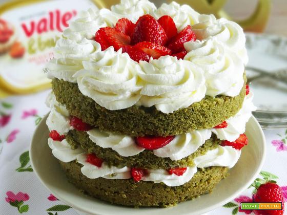 Sponge cake al tè macha con frosting allo yogurt e fragole
