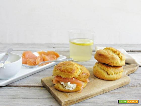 Piatto british: scones salati con salmone e infuso allo zenzero e limone