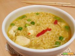 Noodles al curry con pollo e pisellini