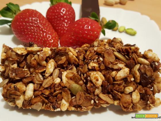 Granola con fiocchi d'avena integrali, noci, pistacchi e cioccolato fondente,al miele