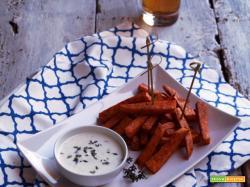Stick di patate dolci alla paprika (al forno) con salsa di yogurt al timo