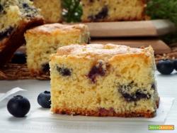Torta soffice con mirtilli e panna