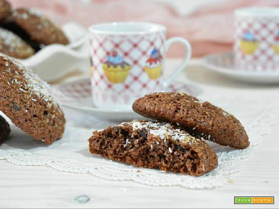 Biscotti al cocco e cacao con gocce di cioccolato