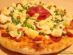 Pizza a lunga lievitazione con cavolfiore, pisellini, mozzarella, bresaola e lievito madre