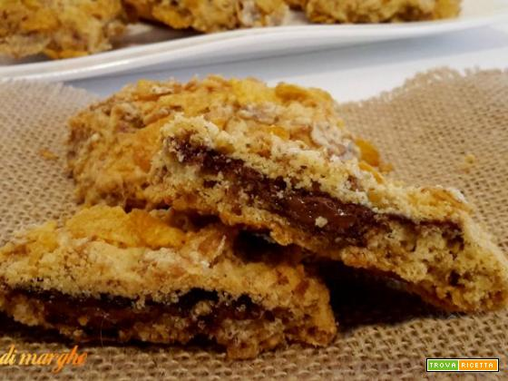 Biscotti ai cornflakes ripieni di nutella