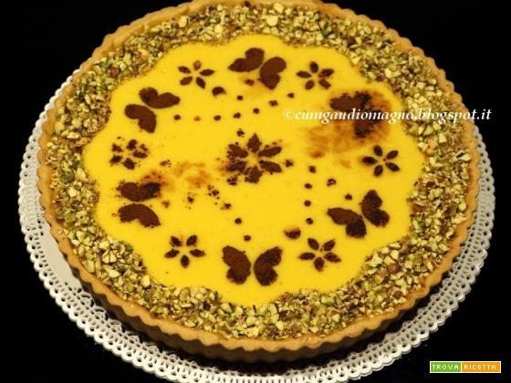 Crostata all'arancia con granella di pistacchi e volo di farfalline di cacao