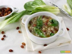 Zuppa di orzo con pak choi e uvetta