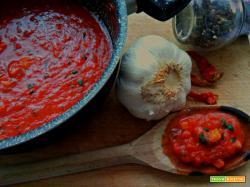 Sugo all'aglio e peperoncino e conservazione in barattolo