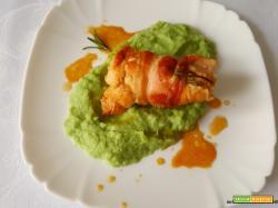 Rotolini di pollo avvolti nella pancetta affumicata con crema di foglie di cavolfiore