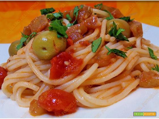Spaghetti con sugo di melanzane pomodori e olive