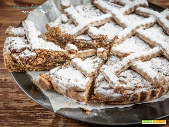 Crostata ripiena di pan di spagna e confettura
