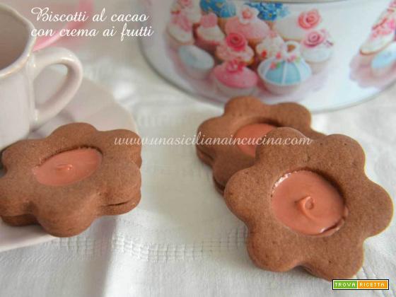 Biscotti al cacao con crema frutti di bosco