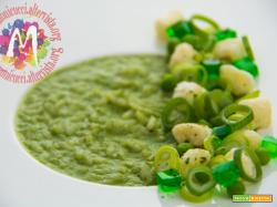 Riso verde alla clorofilla di foglie di ravanello, robiola e croste di Grana soffiate