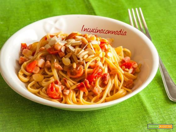 Linguine con pomodorini, pancetta, mandorle e pinoli