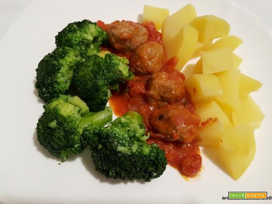 Polpette al sugo con patate e broccoli