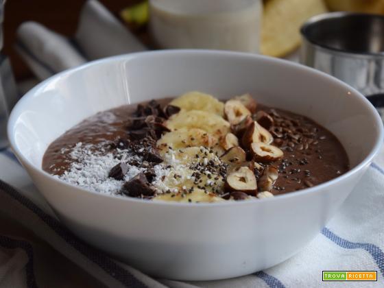 Frullato di semi di chia, banana e cacao con latte di mandorle (vegan)