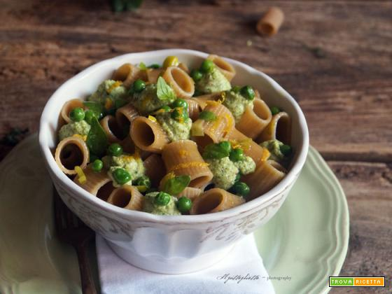 Essenza: Mezzi rigatoni integrali con pesto di broccoli (a crudo), piselli e limone...vegan recipe!