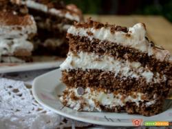 Torta al cioccolato con crema al latte e gocce di cioccolato