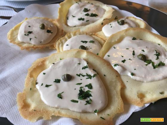 Antipasto di cialde salate con crema di tonno