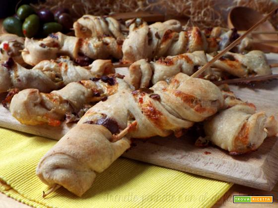 Torcetti di pizza farciti con olive e stracchino