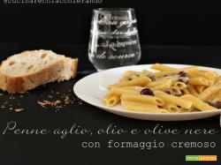 Pasta aglio e olio con olive nere e formaggio cremoso. Ricetta velocissima!