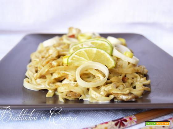 Noodles al curry verde, latte di cocco e lime