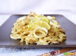Noodles al curry verde, latte di cocco e lime
