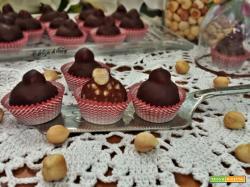 Cioccolatini alle nocciole ricoperti con cioccolato fondente