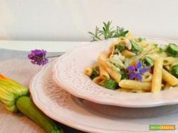 Pennete zucchine e fiori mantecate alla crescenza