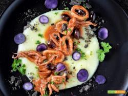 Totani in umido su crema di patate con briciole al nero di seppia