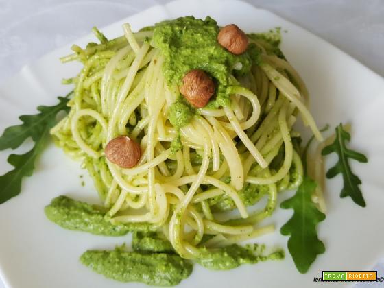 Spaghetti con pesto di rucola e nocciole